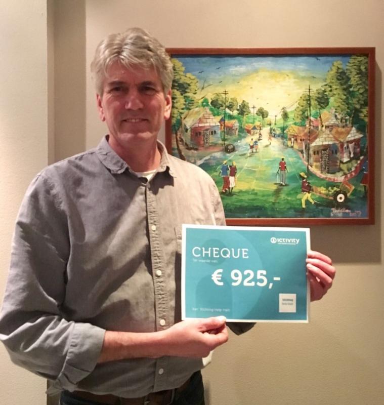 Overhandiging cheque aan Paul Groen, voorzitter Stichting Help Haïti